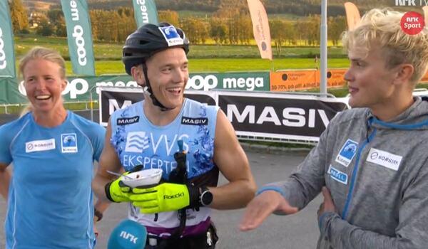 En glad trio från Team Koteng efter segern i Blink Team Classic: Astrid Øyre Slind, Stian Hoelgaard och Torleif Syrstad. FOTO: Från NRK:s sändning.