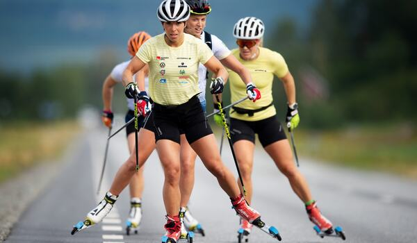 Charlotte Kalla, Anna Dyvik och Hanna Falk är några av landslagsåkarna som tävlar på rullskidor i Trollhättan i slutet på augusti. FOTO: Svenska skidförbundet.
