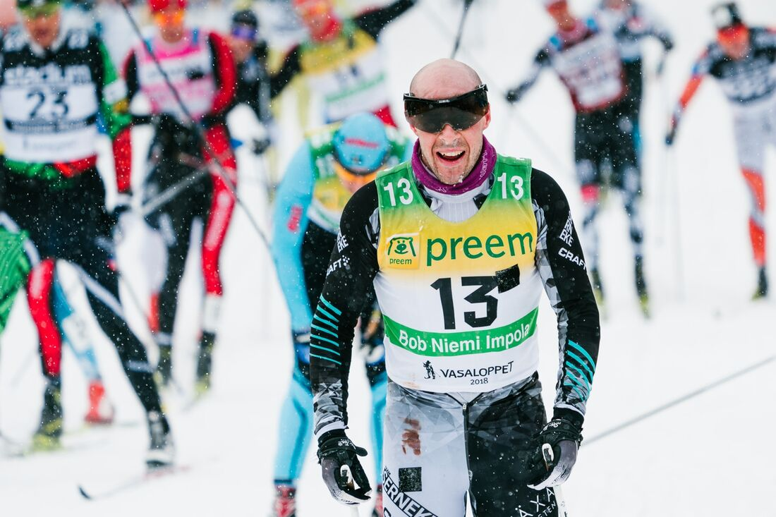 Bob Impola, här i mål som tvåa på Vasaloppet 2018, har skrivit på för tjeckiska Ed System Bauer Team. FOTO: Visma Ski Classics/Magnus Östh.