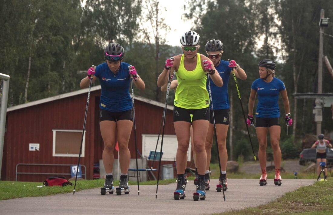 Maja Dahlqvist i täten på ett träningspass i Torsby tidigare i sommar. På torsdag blir det dags att tävla igen för landslagsåkarna. FOTO: Lukas Johansson/Svenska skidförbundet.