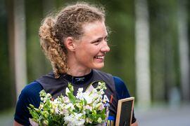 På söndagen tävlade skidskytteeliten på rullskidor och utan gevär. Hanna Öberg vann 1,1 sekund före syrran Elvira. FOTO: Svenska skidskytteförbundet.