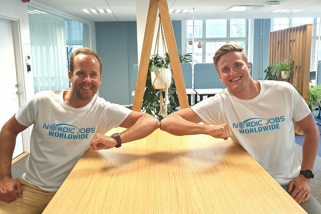 Till vänster ser vi Rickard Fritjofsson, Nordic Jobs Worldwide:s VD. Till höger Mart Kevin Põlluste, åkare i nya långloppsteamet med samma namn. FOTO: Nordic Jobs Worldwide.