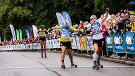 Hanna Falk och Linn Sömskar i tät spurtfight på Alliansloppet i fjol. Nu är det klart att det inte blir någon upplaga av världens största rullskidlopp i år. FOTO: Alliansloppet.