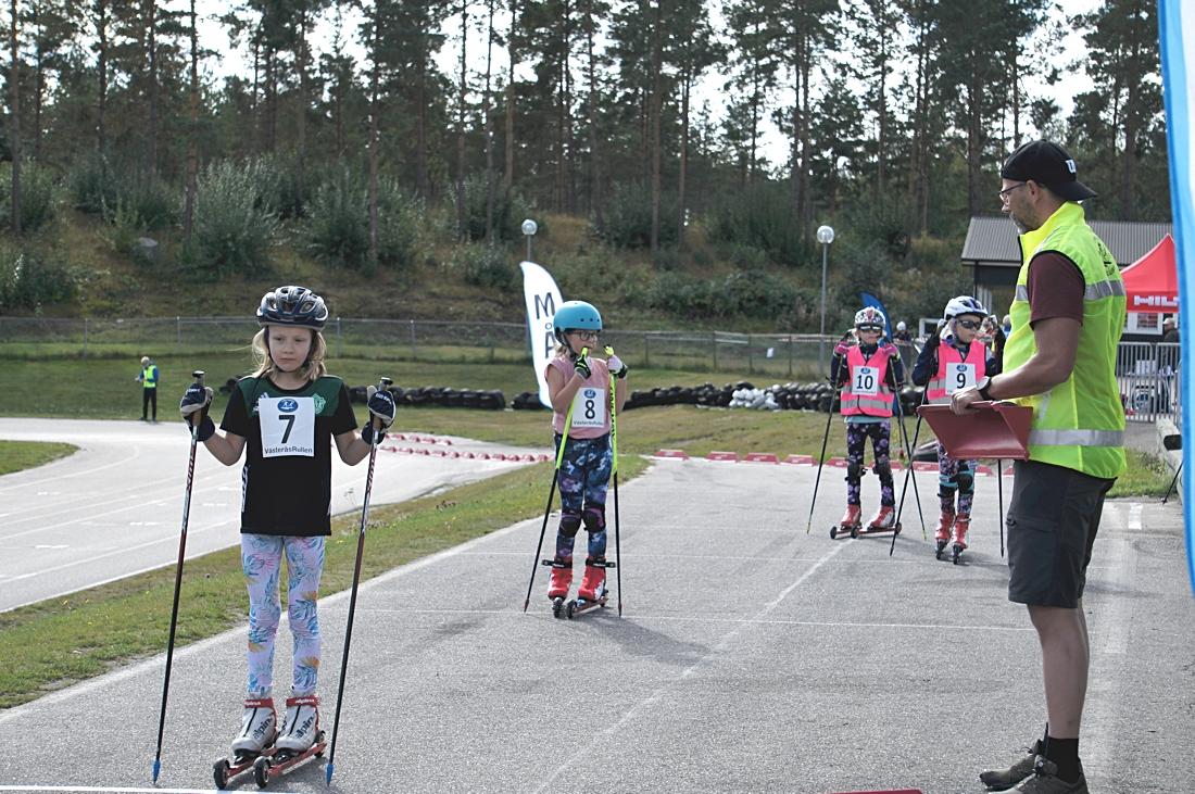 Maja Lundberg, Falun och Astrid Schaeffer, Västerås, redo för start. FOTO: Västerås skidklubb.