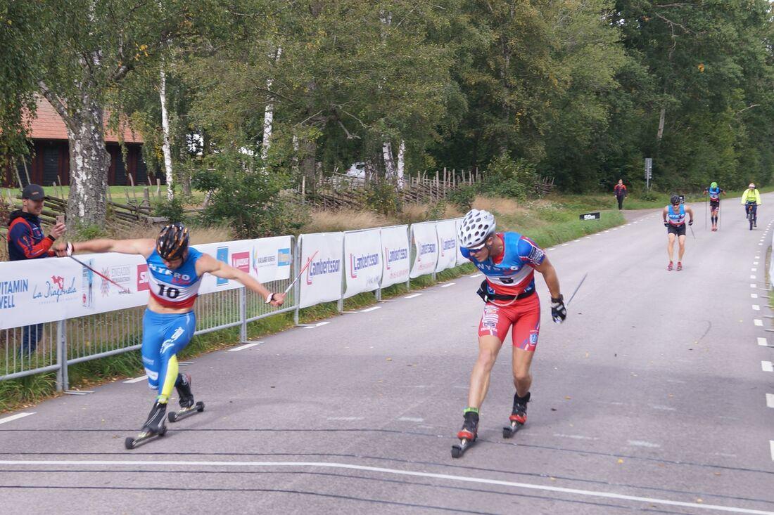 IFK Skövdes Axel Bergsten passerade Elias Andersson, Landsbro IF, precis före mållinjen på Nybrorullen i söndags. FOTO: Nybro skidklubb.