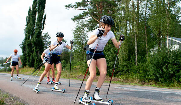 Ebba Andersson före Frida Karlsson. FOTO: Bildbyrån