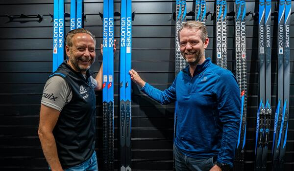 Eirik Torbjørnsen från Birken och Bård Bakke från Salomon är glada över att de signerat ett samarbetsavtal fram till 2025. FOTO: Salomon.