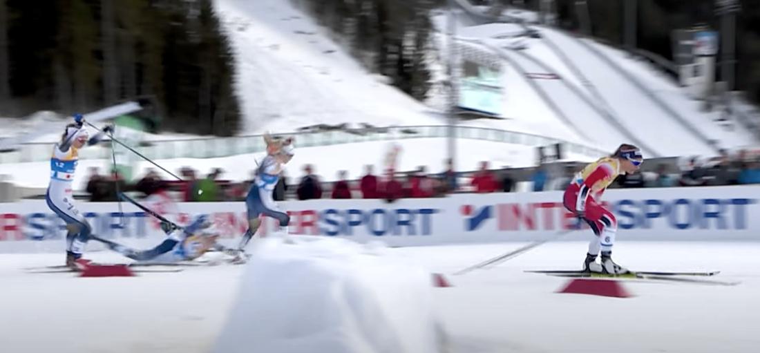 Maja Dahlqvist ramlar och Jonna Sundlings stav går av på VM-finalen i sprint 2019. FOTO: Från FIS YouTube-video.