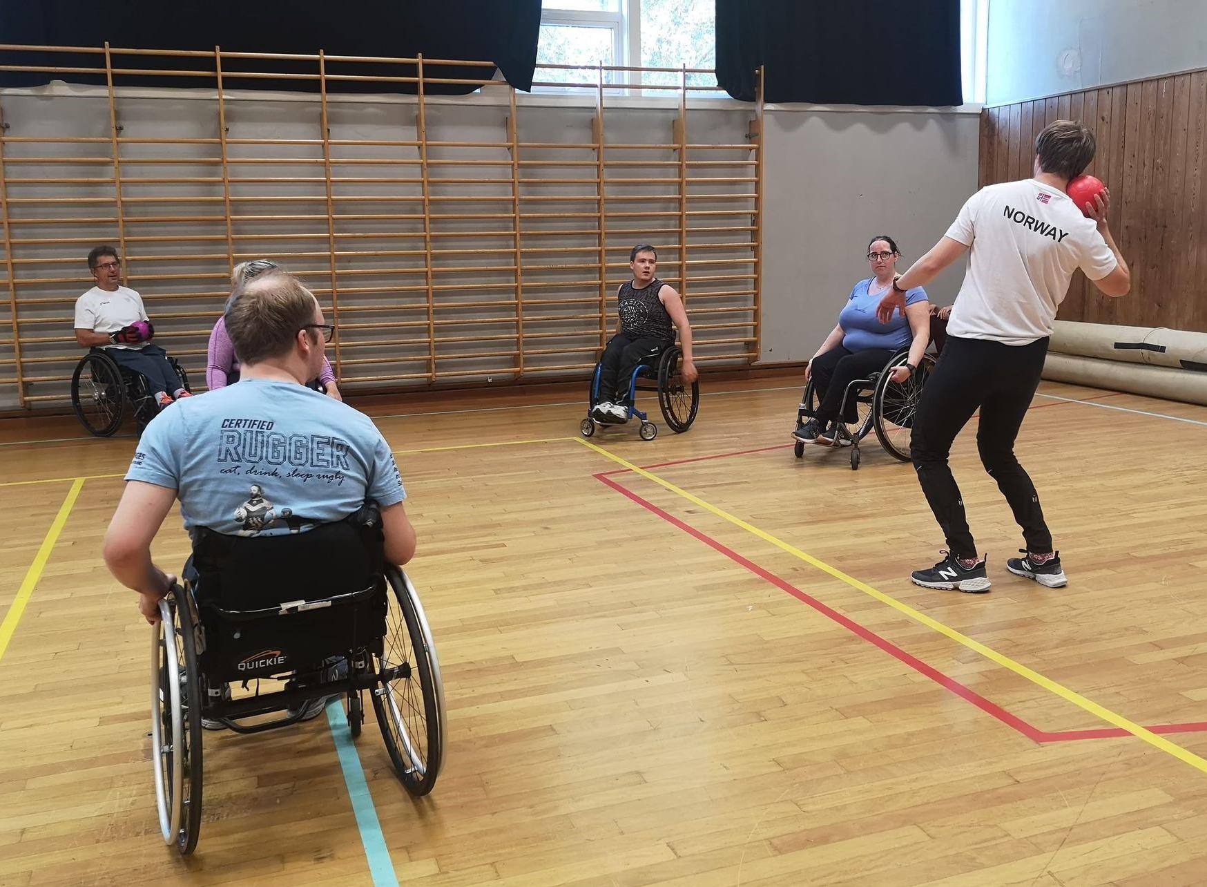 Bildet viser aktivitet i gymsal for folk som sitter i rullestol