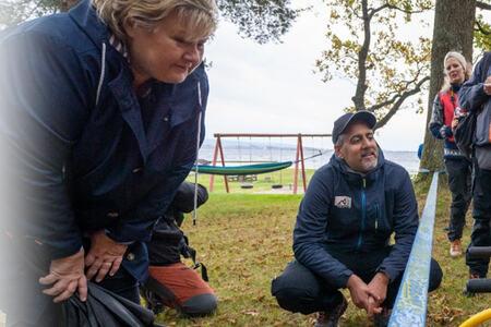 Bilde av Statsministeren og kulturministeren som hilser på en jente med funksjonsnedsettelser