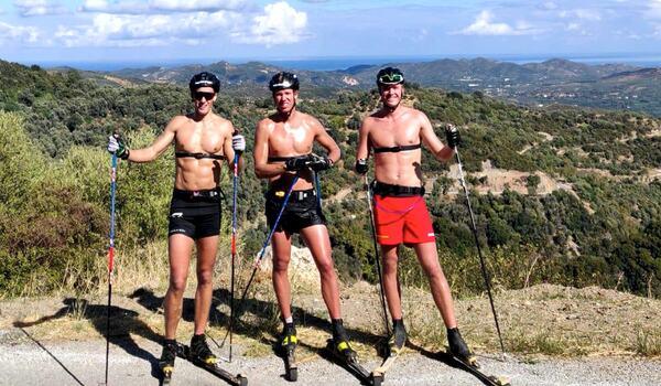 Andreas Holmberg och bröderna Emil och Nils Persson laddar upp inför Visma Ski Classics säsong XI med träning i värmen på Kreta. FOTO: Privat.