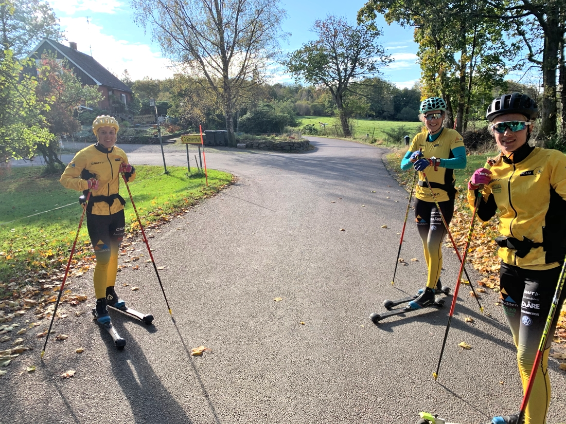 Lina Korsgren, Jenny Larsson och Ida Dahl trivs i höstvädret på de skånska landsvägarna. FOTO: Johan Trygg/Längd.se.