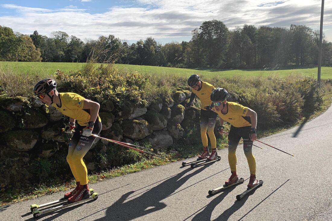 Team Ramuddens Max Novak, Johannes Eklöf och Herman Paus pressar sig mot varandra uppför Hallandsåsens sluttningar. FOTO: Johan Trygg/Längd.se.