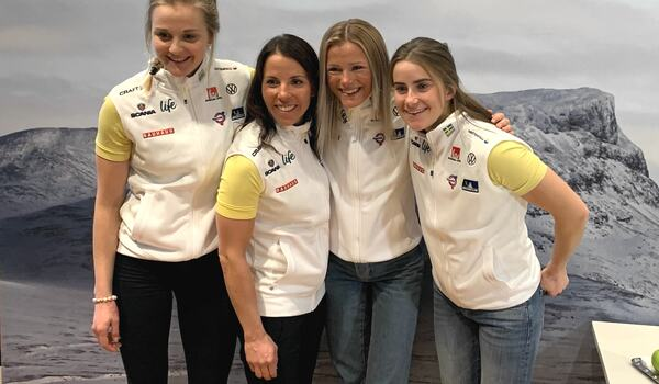 Nästa höst kommer vi få en sen fem timmars SVT-dokumentär om längdlandslaget. Stina Nilsson, längst till vänster blir ju inte med men Charlotte Kalla, Frida Karlsson och Ebba Andersson kommer vi få se på riktigt nära håll. FOTO: Johan Trygg/Lä