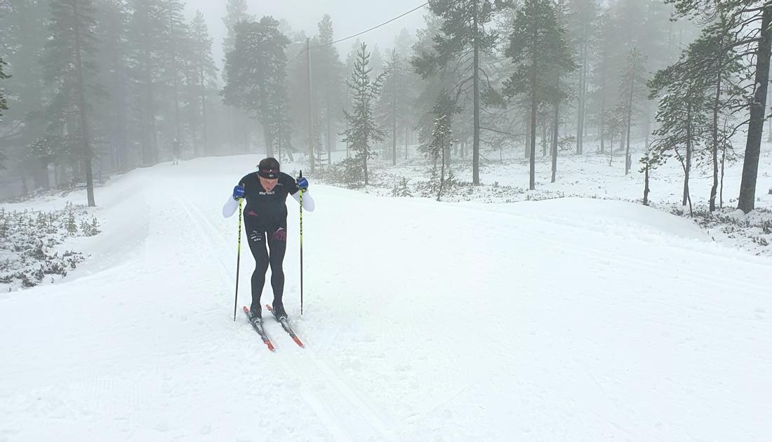 I går var det inte lika fint väder men fina spår när Linn Sömskar stakade uppför backarna.