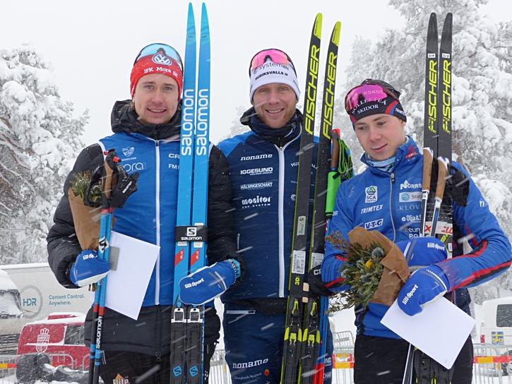Fredrik tillsammans med Daniel Richardsson och Jonas Eriksson efter SM-tremilen i Sundsvall 2019. FOTO: Johan Trygg/Längd.se.
