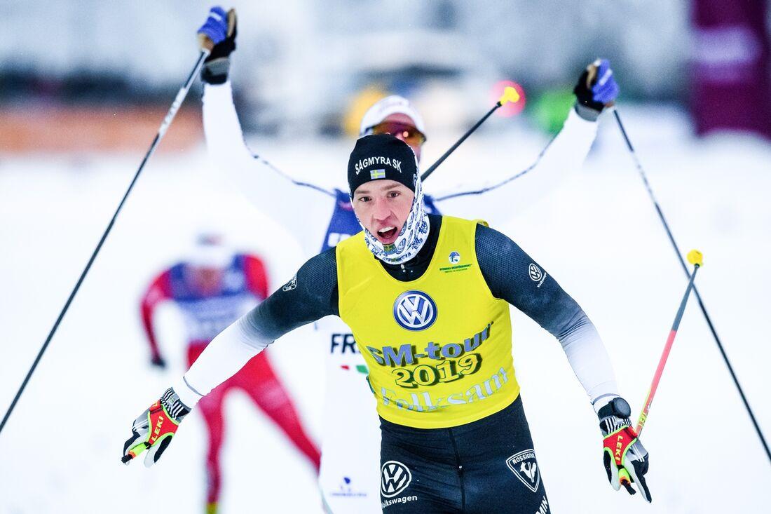 Calle Halfvarsson jublar som guldmedaljör på SM-veckan i Sundsvall 2019. Nu blir det ingen SM-vecka i Borås i vinter men kanske ändå SM på längdskidor. FOTO: Simon Hastegård/Bildbyrån.