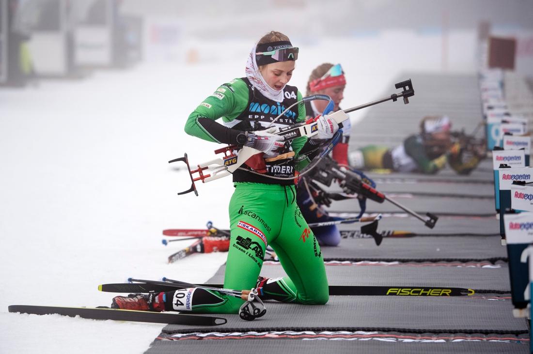 Stina Nilsson på vallen för att skjuta sina första tävlingsskott. Stina slutade elva i premiären efter tre bom. FOTO: Fredrik Karlsson/Bildbyrån.