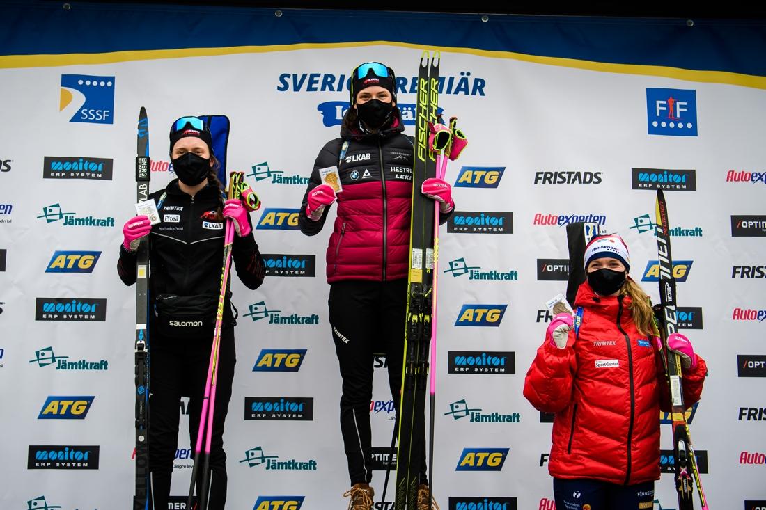 SM-medaljörerna: Silver till Elvira Öberg, Piteå Skidskytte Klubb, guld till Hanna Öberg, Piteå Skidskytte Klubb och brons till Mona Brorsson, Finnskoga IF. FOTO: Fredrik Karlsson/Bildbyrån.