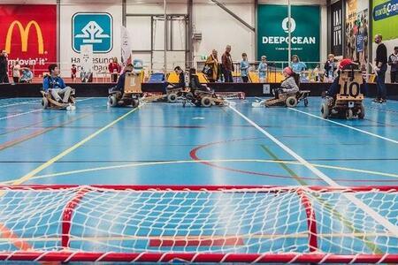 Bilde fra rapporten som viser el-innebandy i en gymsal
