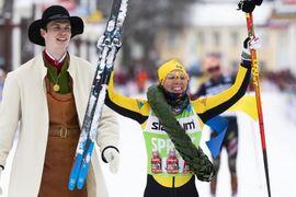 Lina Korsgren tillsammans med kransmasen Daniel Duhlbo efter segern på Vasaloppet i våras. Nu är det klart att SVT sänder Vasaloppet ytterligare minst tre år. FOTO: Vasaloppet