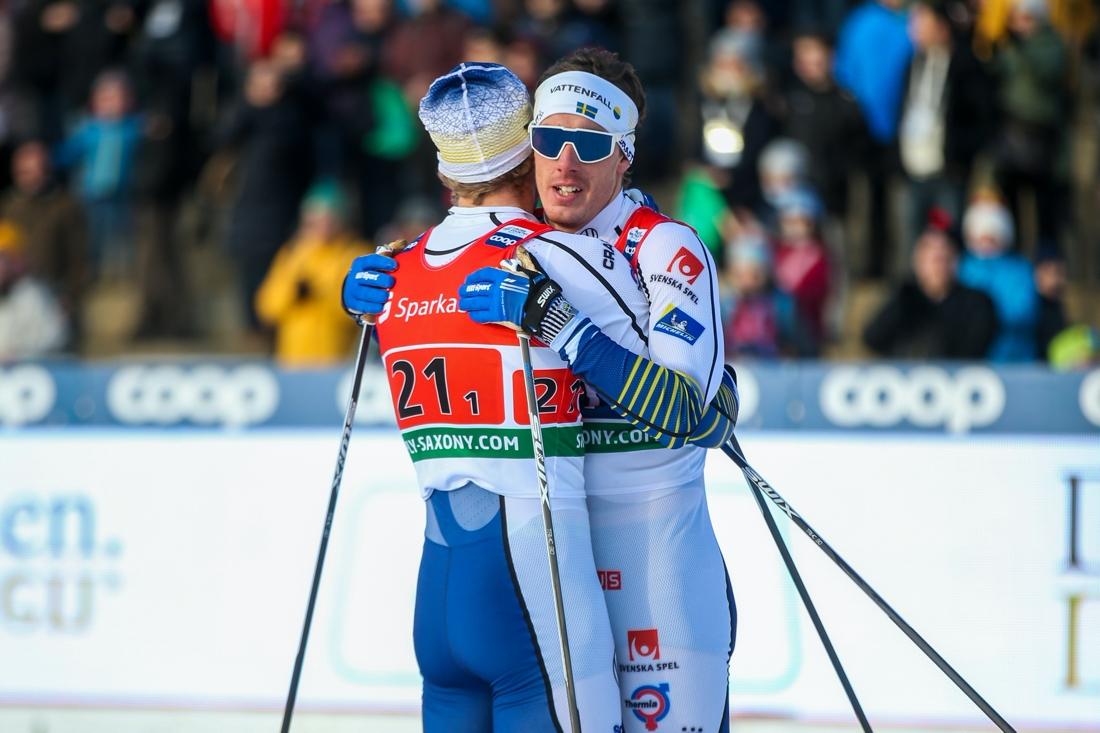 Häggström kramar om Marcus Grate sedan duon grejat en andraplats på teamsprinten i Dresden förra vintern. FOTO: Phillip Brem, Gepa Pictures/Bildbyrån.