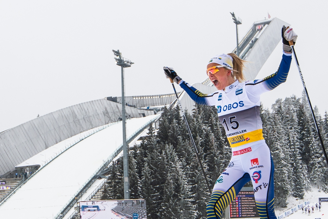 Frida Karlsson jublar på mållinjen i Holmenkollen sedan hon knäckt Therese Johaug på upploppet. FOTO: Mathias Bergeld/Bildbyrån.