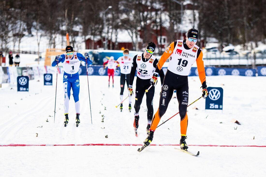 Oskar Svensson korsar mållinjen närmast före Calle Halfvarsson och Marcus Grate. FOTO: Johanna Lundberg/Bildbyrån.