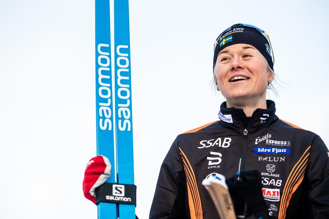 Maja Dahlqvist med ett leende på läpparna efter sprintsegern i Bruksvallarna. FOTO: Johanna Lundberg/Bildbyrån.