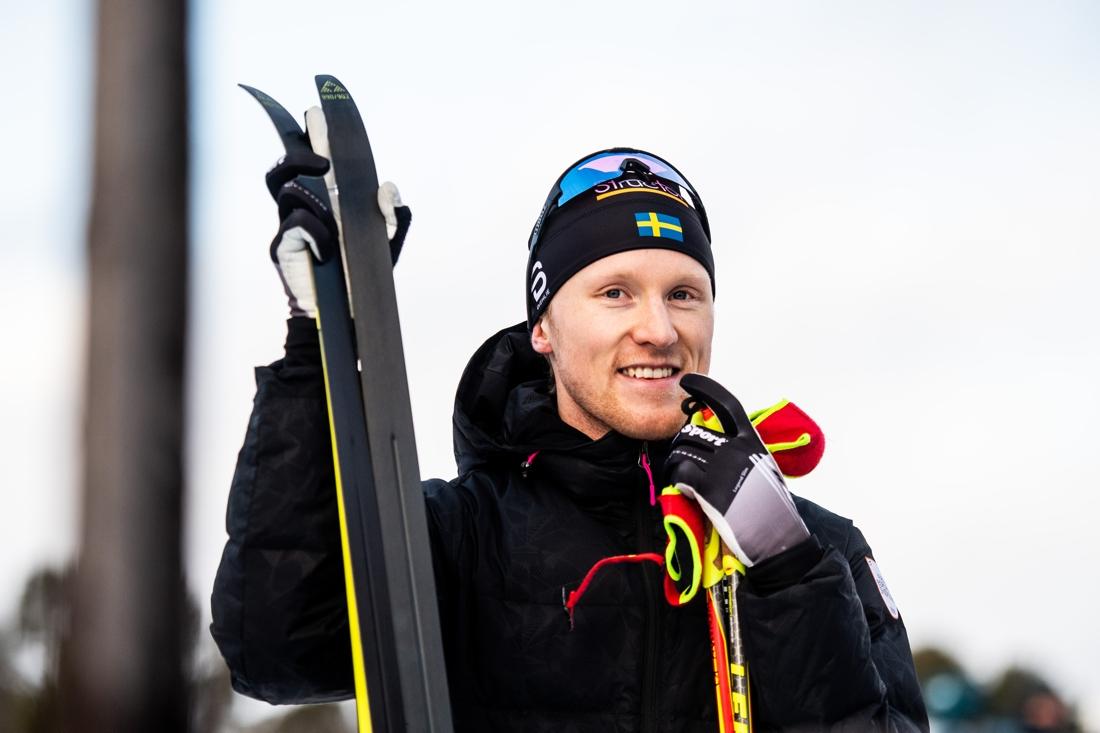 Glad och nöjd Oskar Svensson efter sprintsegern. FOTO: Johanna Lundberg/Bildbyrån.
