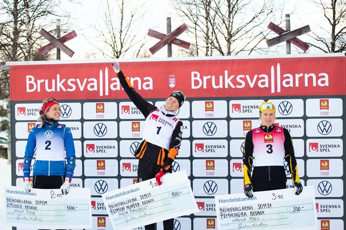 Anna Dyvik och Hanna Falk fick göra Maja Dahlqvist sällskap på pallen efter starka insatser på sprinten i Bruksvallarna. FOTO: Johanna Lundberg/Bildbyrån.