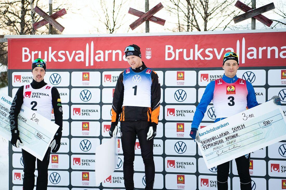Calle Halfvarsson och Marcus Grate flankerar segraren Oskar Svensson efter sprinten i Bruksvallarna. FOTO: Johanna Lundberg/Bildbyrån.