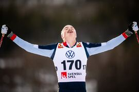 William Poromaa jublar på mållinjen som segrare på 15 kilometer skejt i Bruksvallarna. FOTO: Johanna Lundberg/Bildbyrån.