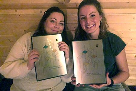 Bilde av Siv Erna Berntsen og Emma Kristine Leesland som holder sine diplomer etter å ha vunnet Frivillighetsprisen 2020