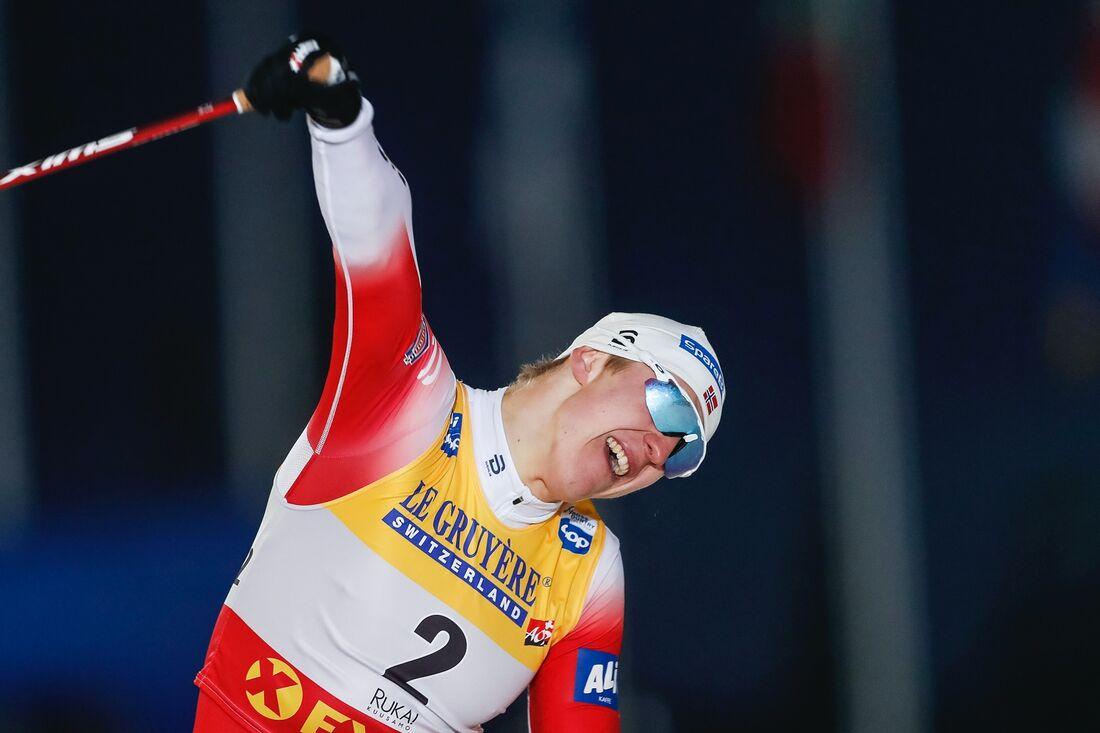 Erik Valnes jublar på mållinjen efter sin första världscupseger. FOTO: Tomi Hänninen/Bildbyrån.