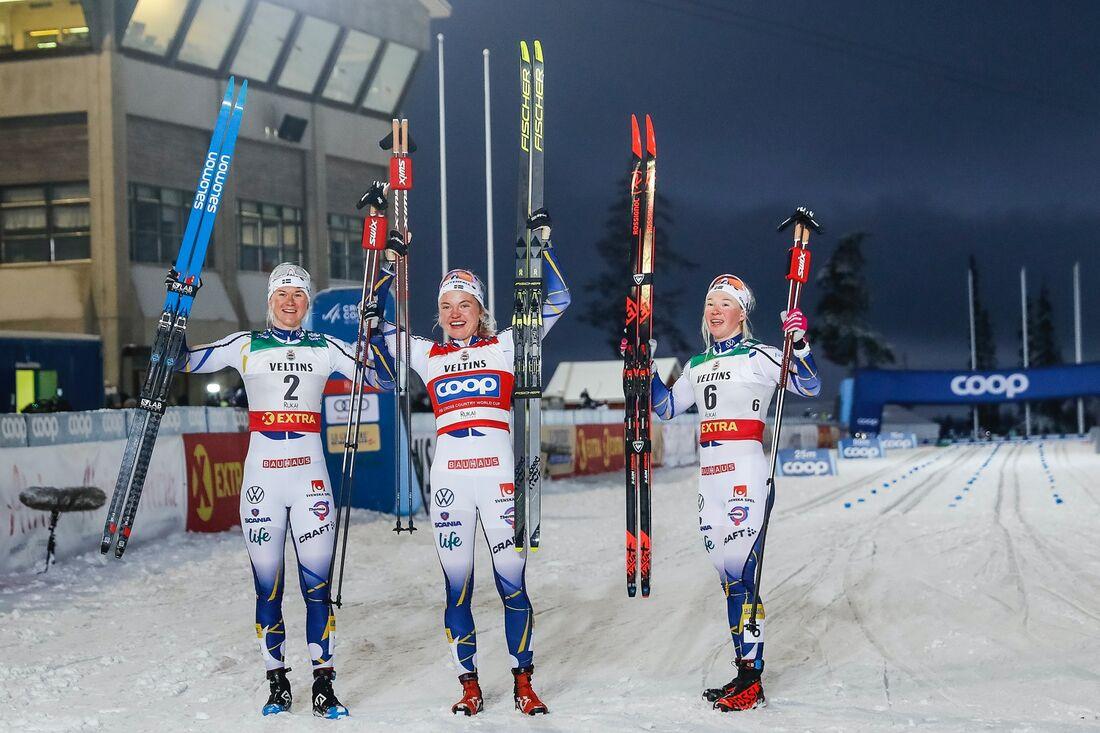 Maja Dahlqvist, Linn Svahn och Jonna Sundling jublar efter den svenska uppvisningen i Ruka. FOTO: Tomi Hänninen/Bildbyrån.
