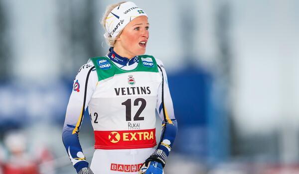 Frida Karlsson slog Therese Johaug på sista världscuploppet förra vintern. Gör hon det i det första den här vintern? FOTO: Tomi Hänninen/Bildbyrån.