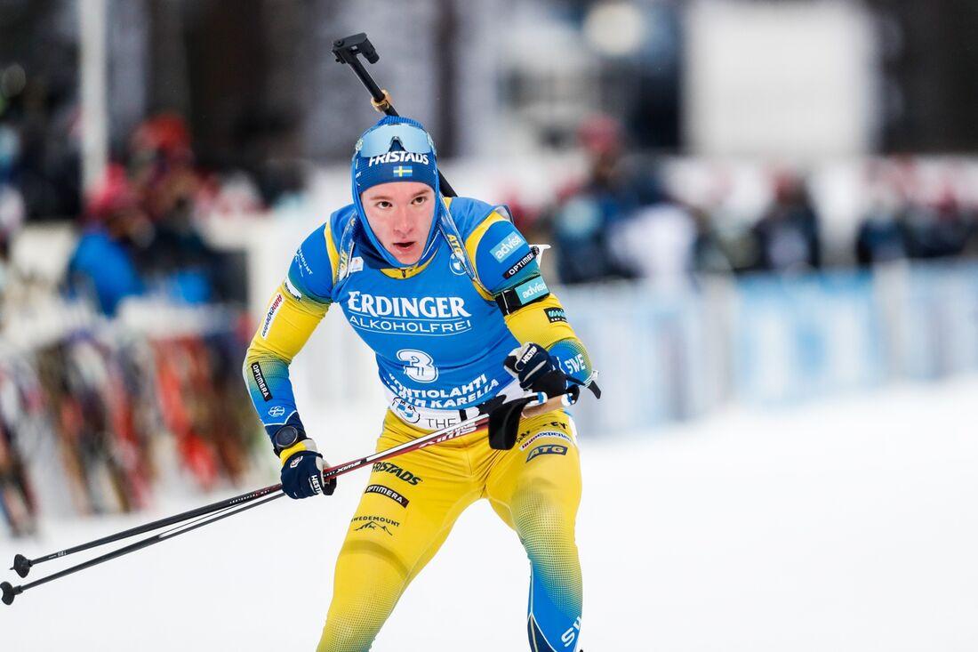 Sebastian Samuelsson ramlade och skadade geväret på jaktstarten i Hochfilzen. FOTO: Kalle Parkkinen/Bildbyrån.