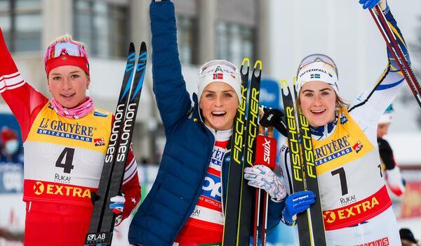 Tatiana Sorina tvåa, Therese Johaug etta och Ebba Andersson trea på jaktstarten i Ruka. FOTO: Tomi Hänninen. Bildbyrån.