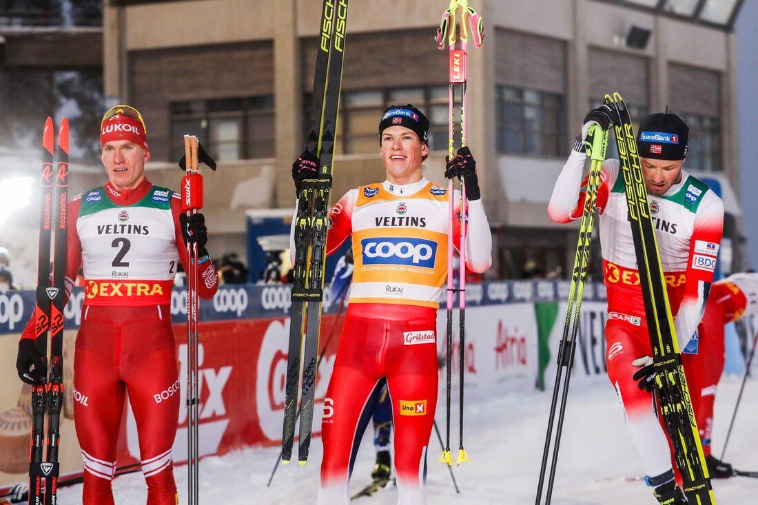 Alexander Bolshunov, tvåa, Johannes Hösflot Kläbo, etta och Emil Iversen trea på jaktstarten i Ruka. FOTO: Tomi Hänninen/Bildbyrån.
