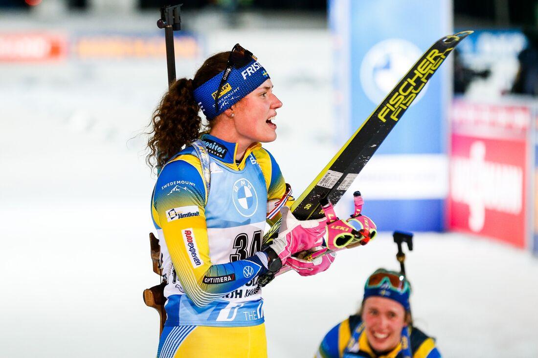 Hanna Öberg tog andraplatsen och systern Elvira blev trea på jaktstarten i Hochfilzen. FOTO: Kalle Parkkinen/Bildbyrån.