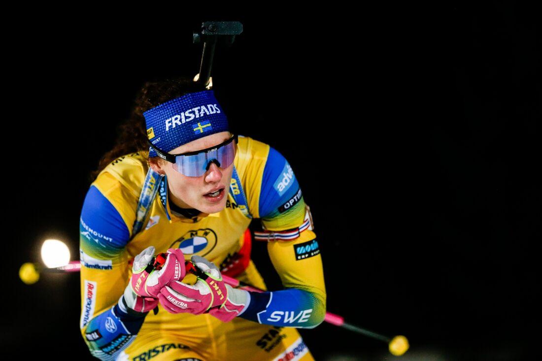 Hanna Öberg kunde inte hålla ledningen i jaktstarten men grejade en tredjeplats och fortsätter leda världscupen. FOTO: Kalle Parkkinen/Bildbyrån.