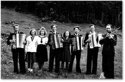 Johannes Holsen og andre spelemenn i dobbeltbryllaup i Andal, Naustdal 1945