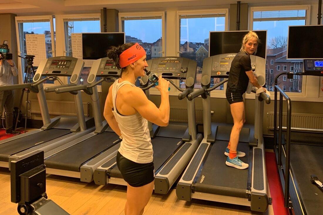 Marit Björgen och Therese Johaug under Ragde Indoor Challenge häromdagen. Therese var suverän på löpbandet men i stakmaskinen var Marit starkare. FOTO: Team Ragde Eiendom.