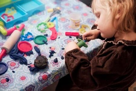 Bilde av en jente som leker med plastelina
