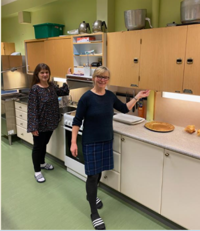 De ansatte ved Nordsia oppvekstsenter er glad for å få nytt kjøkken, her er to av dem