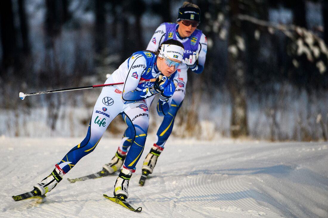 Ebba Andersson och Frida Karlsson stod i en klass för sig på landslagets masstartslopp på lördagen. Ebba vann till slut en tiondel före Frida. FOTO: Erik Mårtensson/Bildbyrån.