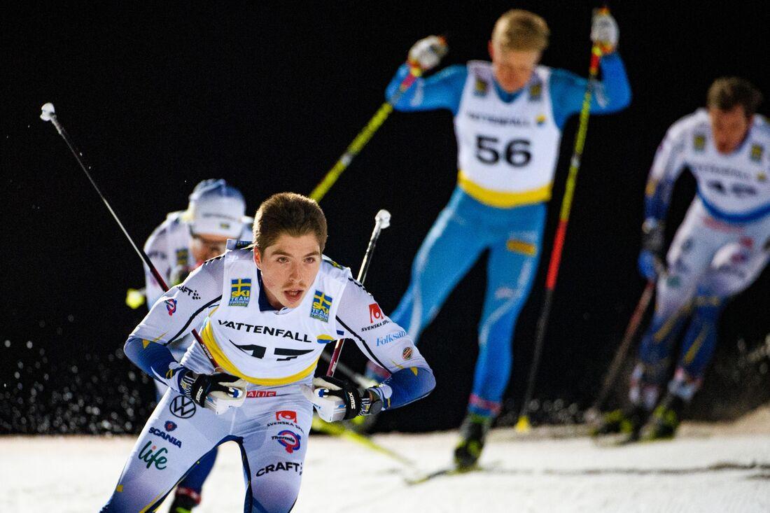 William Poromaa vann masstarten i Östersund på lördagskvällen. I bakgrunden i blått loppets överraskning Johannes Eklöf som blev femma. FOTO: Erik Mårtensson/Bildbyrån.