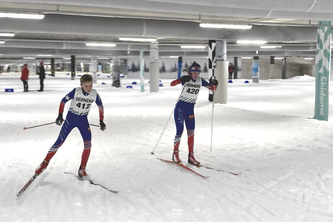Sidor Nordling och Kajsa Ekenberg var två av ungdomarna som åkte kvällscup i Skidome i måndags kväll. FOTO: IK Stern.