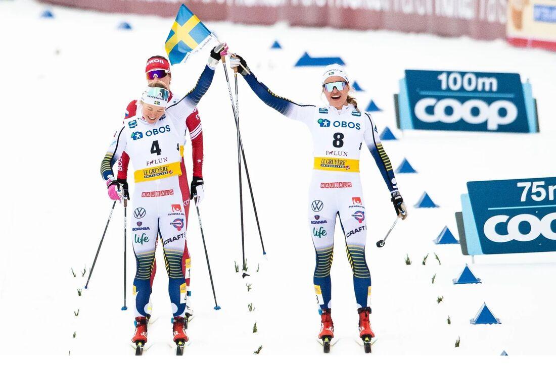 Jonna Sundling och Linn Svahn firar efter damernas klassiska sprintfinal i Falun i februari 2020. FOTO: Bildbyrån.